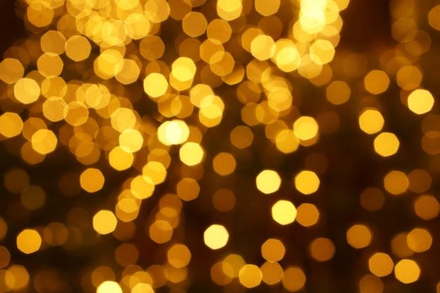 Resumo turva e bokeh de iluminação de reflexão led amarelo partido na noite.