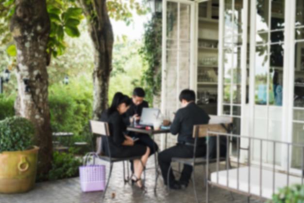 Resumo turva grupo de amigos asiáticos reunião no restaurante