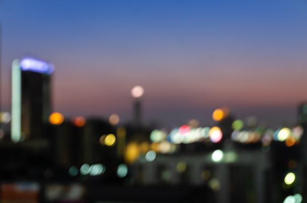 Resumo turva noite no centro da cidade luzes