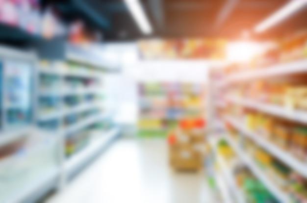 Resumo turva supermercado com prateleiras coloridas