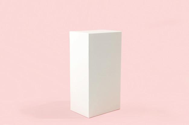 Retangular branco com sombras em fundo rosa