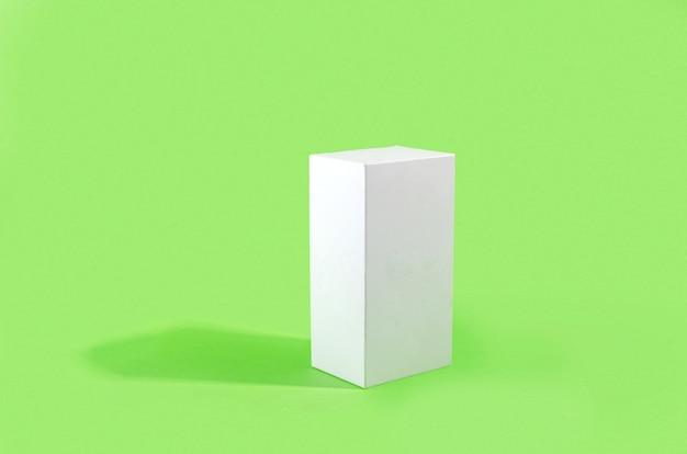 Retangular branco com sombras em fundo verde