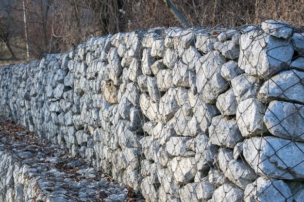 Retenção de muro de pedra ao lado da estrada