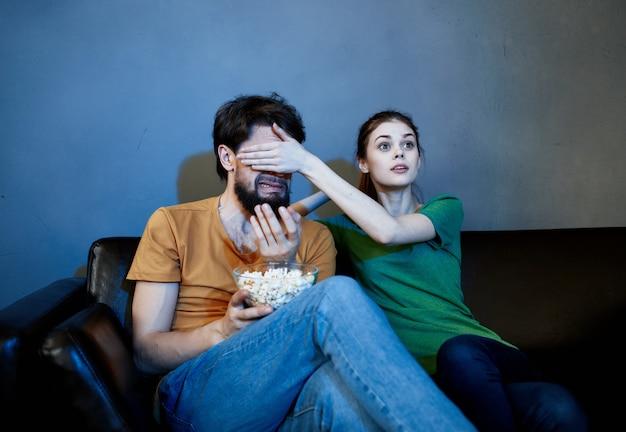 Retido sentado no sofá pipoca assistindo filmes emoções no fim de semana