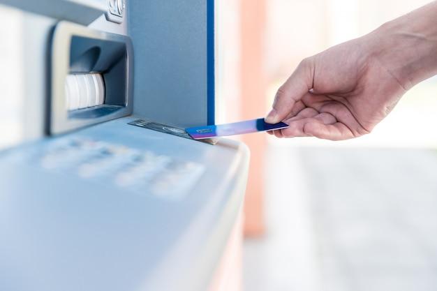 Retirada sem fio de um caixa eletrônico com cartão de crédito