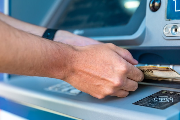 Retirar dinheiro de um caixa eletrônico
