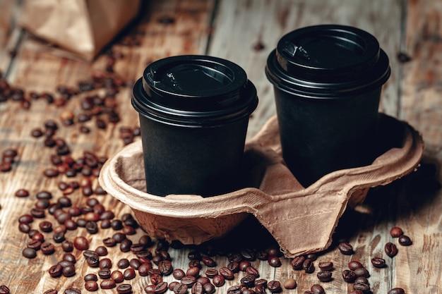 Retire a xícara de café e os grãos de café em madeira