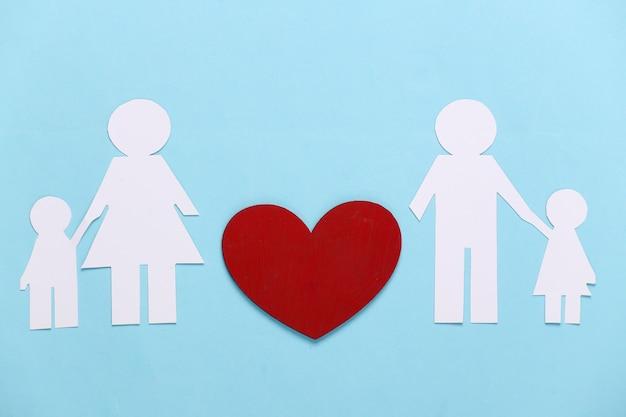 Retomar o conceito de relacionamento. família de papel com um coração vermelho em um azul