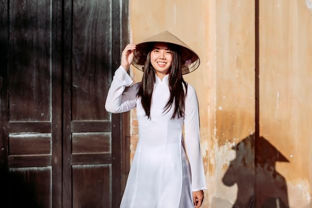 Retrata mulheres bonitas em trajes tradicionais do vietnã