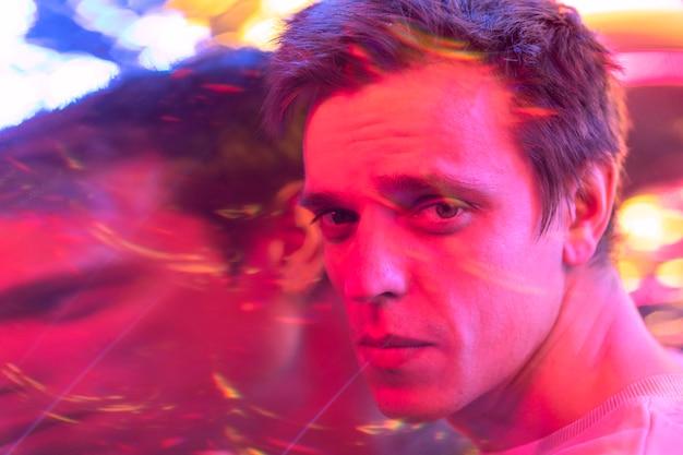 Retrato abstrato de homem bonito no estilo vaporwave