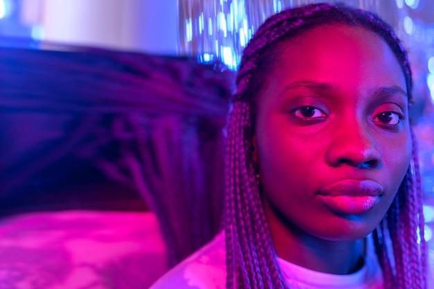 Retrato abstrato de mulher em estilo vaporwave
