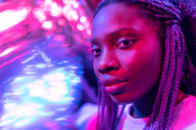 Retrato abstrato de uma mulher afro-americana no estilo vaporwave