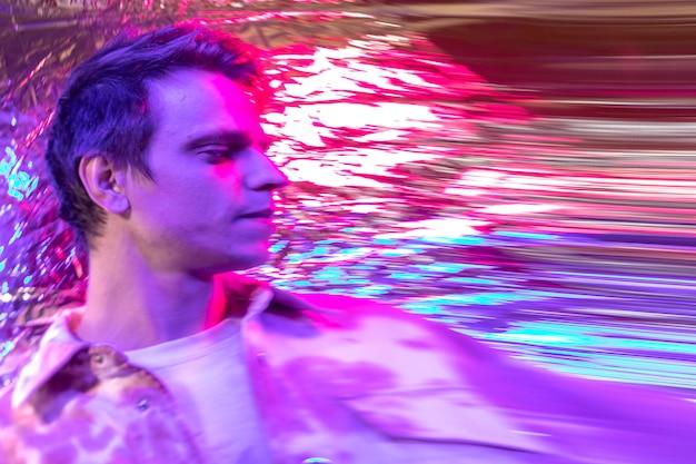 Retrato abstrato do homem por ondas de vapor