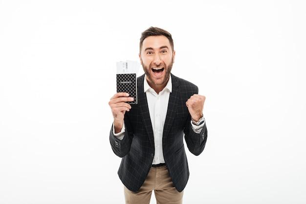 Retrato, alegre, excitado, homem, segurando, passaporte