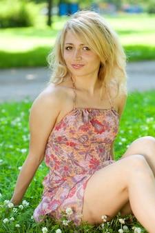 Retrato animado da bela modelo no parque