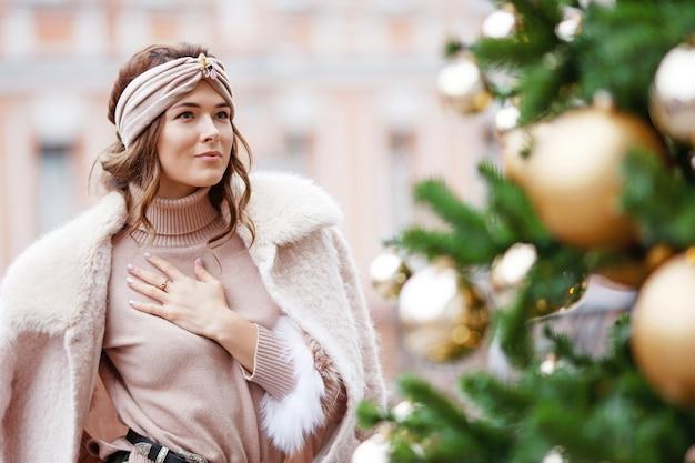 Retrato ao ar livre da bela jovem pensativa conceito de férias de inverno de ano novo de natal