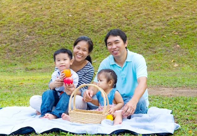Retrato ao ar livre da família asiática
