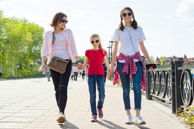 Retrato ao ar livre da mãe e duas filhas