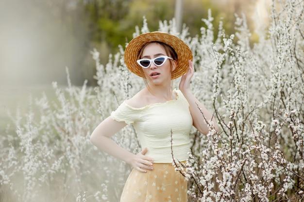 Retrato ao ar livre da menina moda primavera em flor. mulher romântica de beleza em flores. mulher bonita curtindo a natureza.