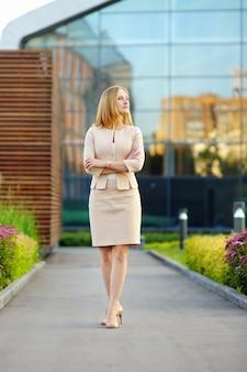 Retrato ao ar livre da mulher jovem bonita de negócios