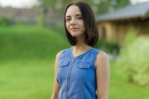 Retrato ao ar livre da rapariga bonita