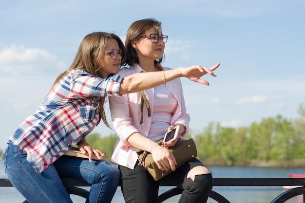 Retrato ao ar livre de amigos do sexo feminino