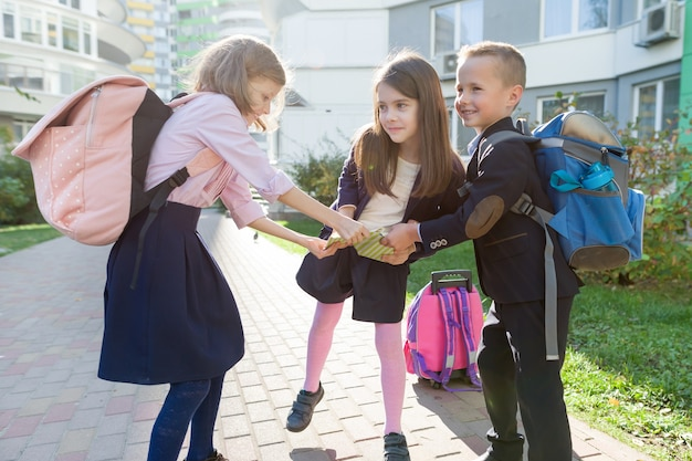 Retrato ao ar livre de crianças sorridentes na escola primária.