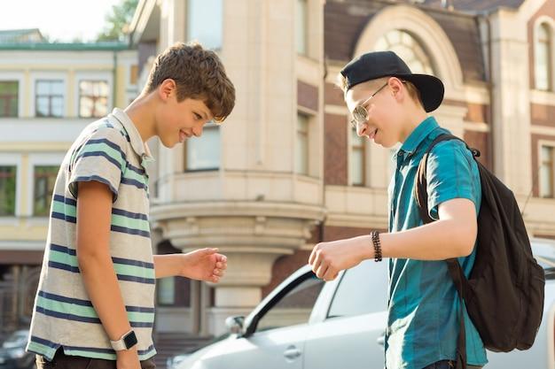 Retrato ao ar livre de dois amigos meninos adolescentes