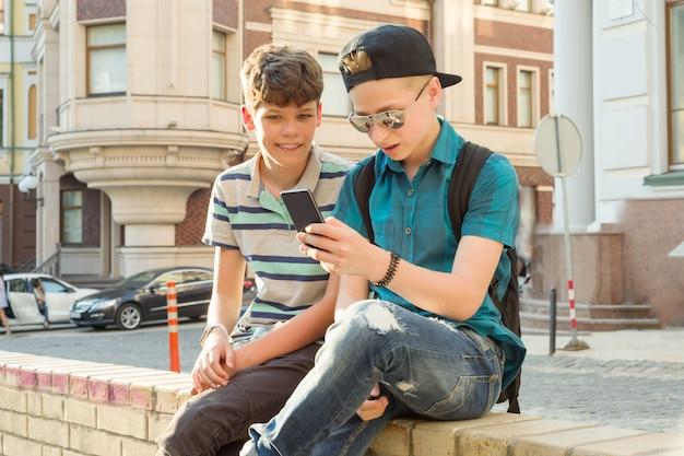 Retrato ao ar livre de dois meninos