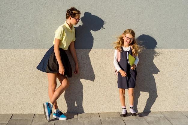 Retrato ao ar livre de duas meninas
