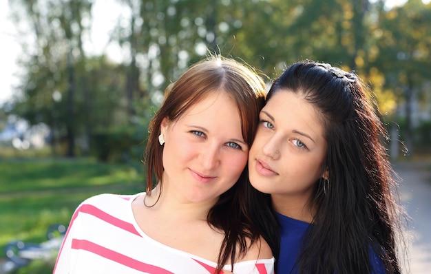Retrato ao ar livre de duas mulheres jovens