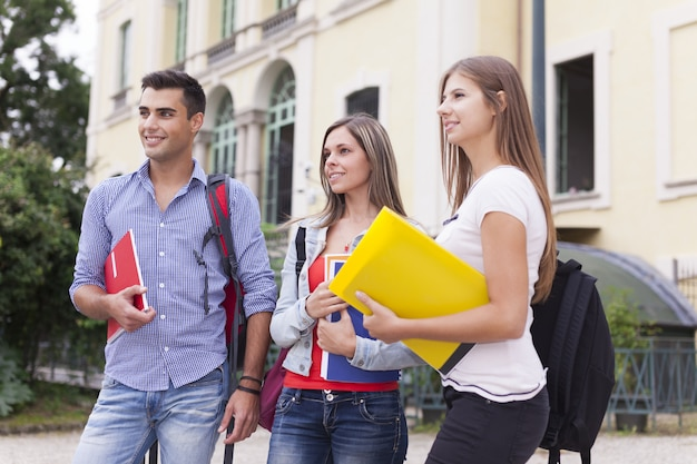 Retrato ao ar livre de estudantes na frente de sua escola