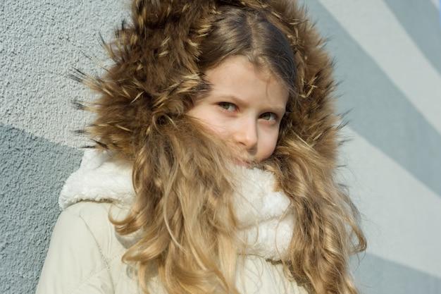 Retrato ao ar livre de inverno da criança, menina loira