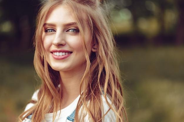 Retrato ao ar livre de linda jovem