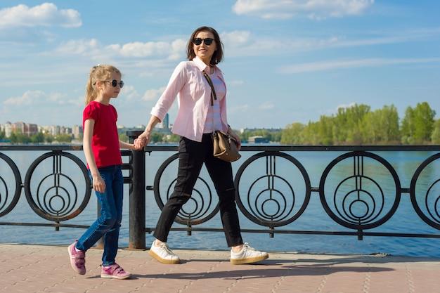 Retrato ao ar livre de mãe e filha