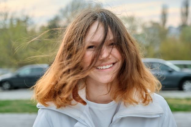 Retrato ao ar livre de menina adolescente