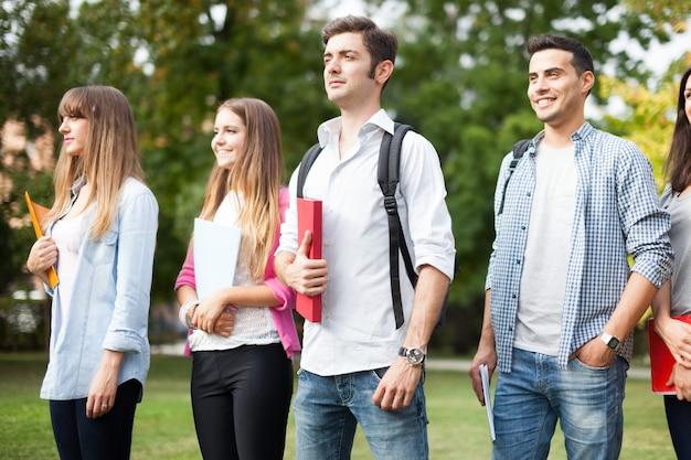 Retrato ao ar livre de um grupo de estudantes caminhando juntos