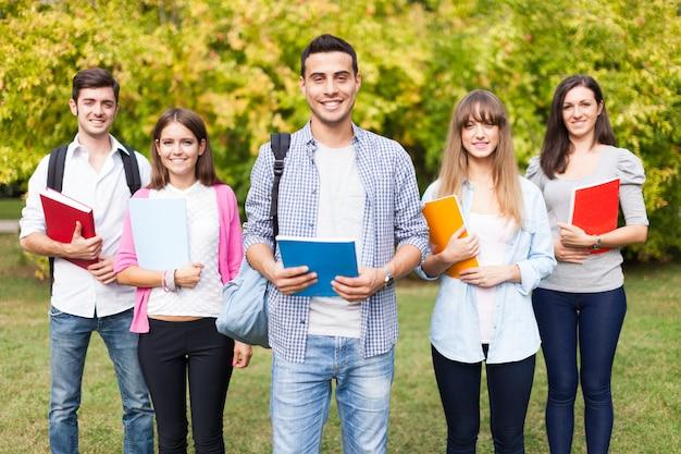 Retrato ao ar livre de um grupo de estudantes sorridentes