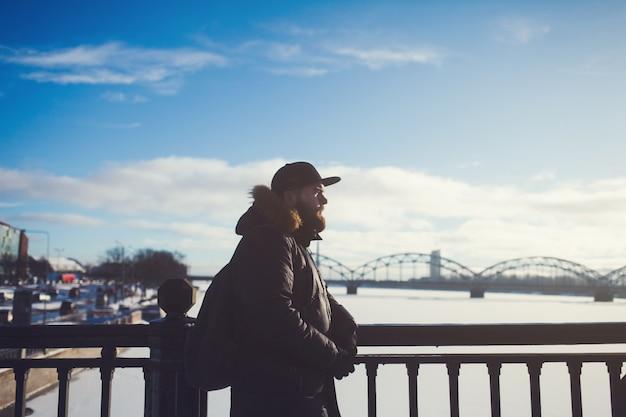 Retrato ao ar livre de um homem bonito