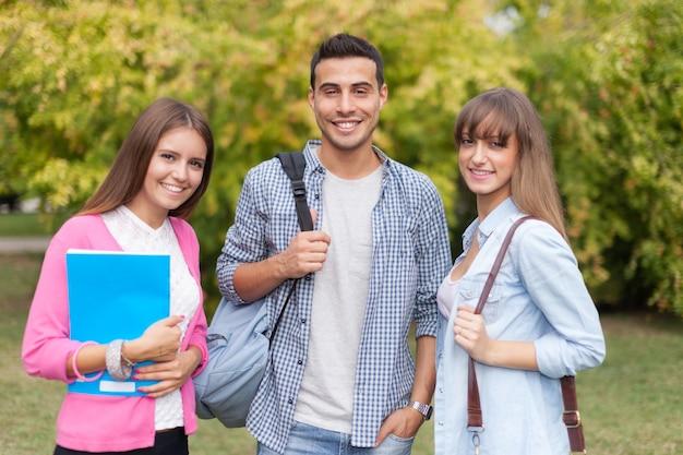 Retrato ao ar livre de um sorridente estudantes