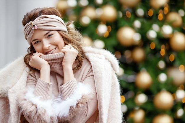 Retrato ao ar livre de uma jovem bonita feliz sorridente. conceito de férias de inverno de ano novo de natal