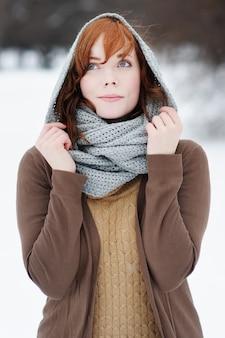Retrato ao ar livre de uma jovem mulher bonita no inverno