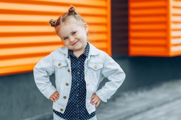 Retrato ao ar livre de uma linda garota com pães de cabelo
