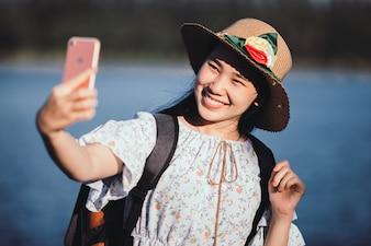 Retrato ao ar livre de uma linda mulher com smartphone