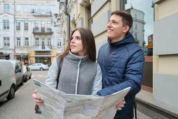 Retrato ao ar livre de viajantes jovem casal na cidade de primavera