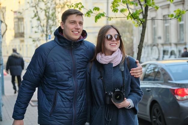 Retrato ao ar livre do casal feliz abraçando