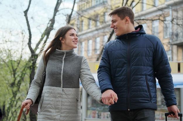 Retrato ao ar livre do jovem casal