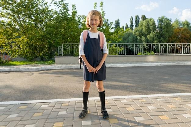 Retrato ao ar livre do pequeno estudante