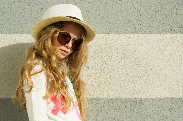 Retrato ao ar livre garotinha loira