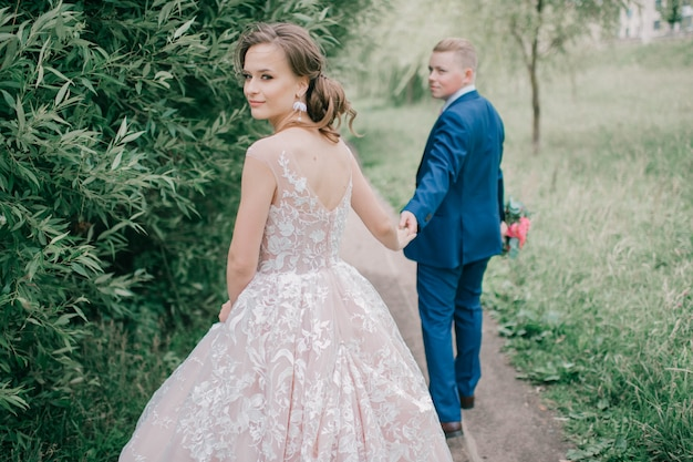 Retrato ao ar livre lindo casal de noivos.